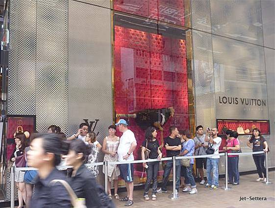 Line in Front of the LV Store in Hong Kong - Things To Do in Hong Kong